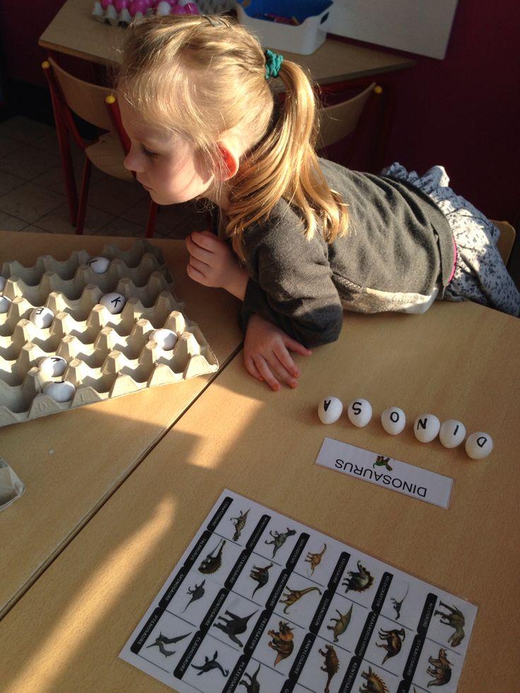 Dino eieren met letters. Woorden leggen en zelf woordjes verzinnen