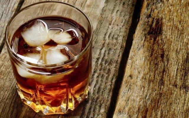 Sbronzarsi gratis. 5 trucchi infallibili per farlo ogni sera Il problema di sbronzarsi ogni sera, parliamoci chiaro, non è il fegato ingrossato, la cirrosi epatica o l'alcolismo cronico. No, il problema è uno soltanto, e cioè che l'alcol ha un costo. E proprio #sbronza #ubriaco #scroccone