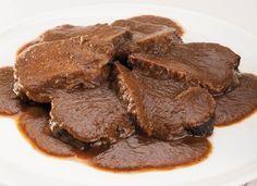 La ricetta dello chef Luca Montersino per preparare il brasato al Barolo, un secondo di carne tradizionale piemontese cotto a lungo nell'omonimo vino