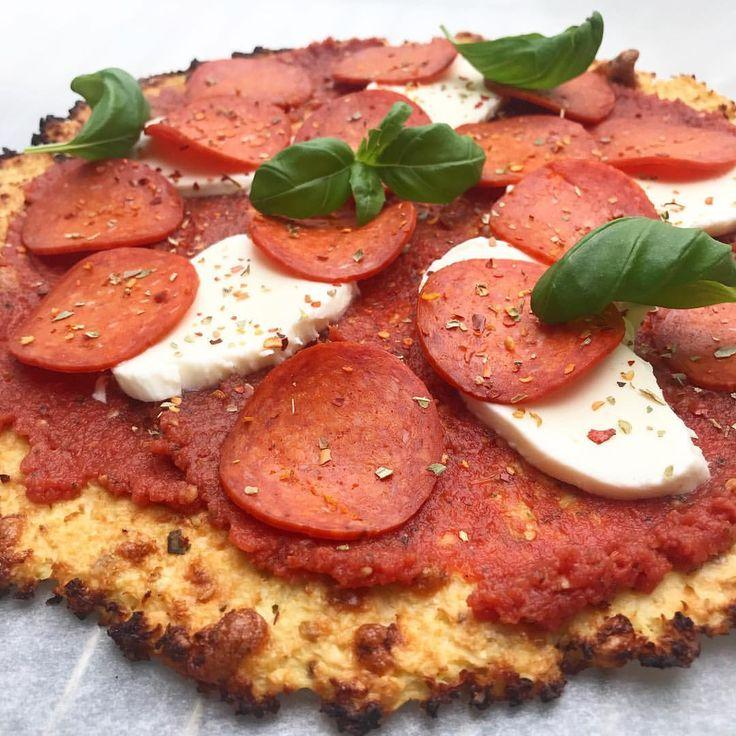 Blomkålspizza Opskrift (2 pizza bund): 1 stort blomkålshoved (jeg fik cirka 550 g. blomkålsris ud af et hoved) 2 æg 1 tsk. salt 1 tsk. oregano 100 g. revet mozzarella/kvarg/keso (fav recept!)