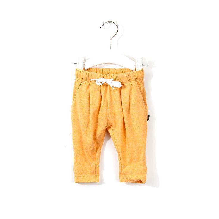 """Ragfijn gestreepte broek met elastische tailleband en trekkoordje. Voorzijde van de ruimvallende bovenkant is geplooid, loopt smal toe in de pijpen. Met twee steekzakken. Goed te combineren met de bijpassende shirt """"Disco""""."""