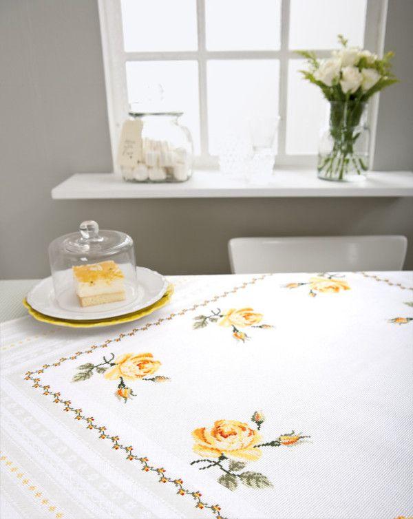Rico Design, Duk Gula rosor, 350573, Broderas med moulinégarn i räknade korsstygn på vit väv av 55% bomull och 45% linne, med invävda aidarutor, 5 rutor/cm
