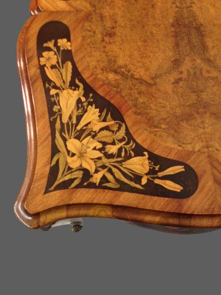 Корня орехового дерева письменный стол.