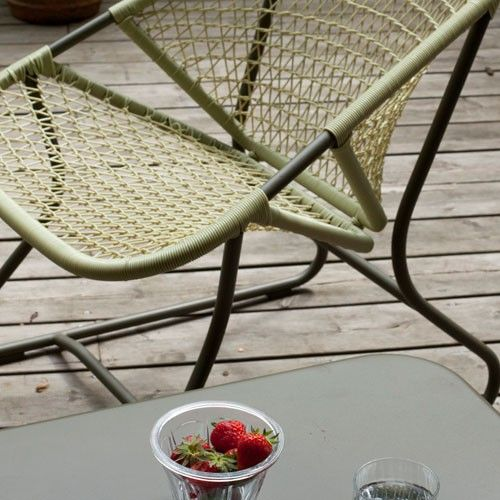 Le designer Fréderic Sofia a conçu cette table basse comme un élément de vie pour un salon d'intérieur ou d'extérieur. @fermob #fermob #sixties #uaredesign @uaredesign #table #tablebasse #decoration #exterieur #homedesign #jardin #terrasse