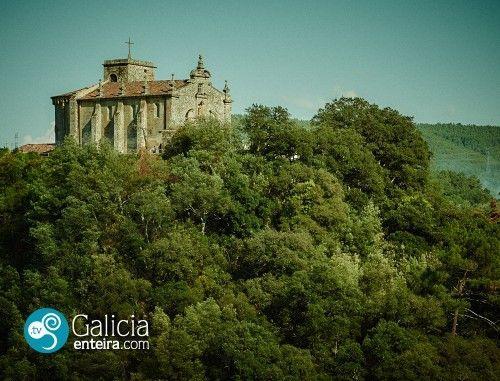 Castrelo de Miño, la fortaleza perdida. Muy cerca de Ribadavia, sobre un cerro que domina el río, se alza la iglesia de Santa María de Castrelo de Miño. Hoy la localidad bosteza entre soles y nieblas y por sus calles apenas transitan unos pocos vecinos. Sin embargo, hace siglos se erguía un castillo que señoreaba la comarca y que fue escenario de hechos que involucraron a dos de los personajes más conocidos de la historia de Galicia: el arzobispo Diego Xelmírez y la reina doña Urraca.