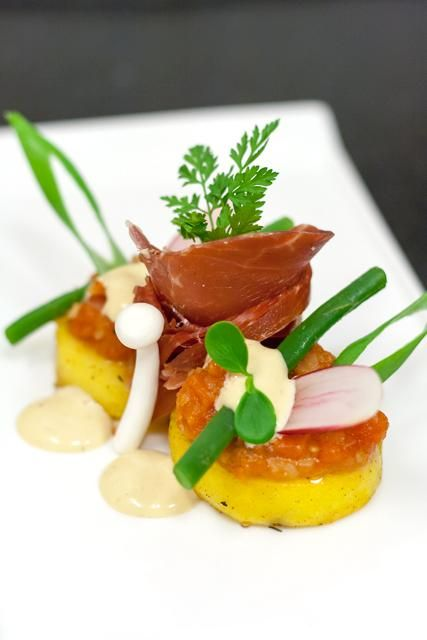 Gekonfijte aardappel, Iberico ham, tomatencompote en ansjovismayonaise - Hap & Tap !