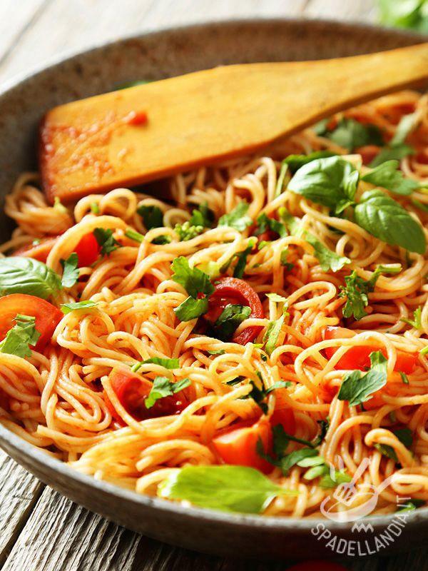 Un bel piatto di Spaghetti al pomodoro fresco, preparati come si deve, rappresentano il fiore all'occhiello della cucina italiana doc.