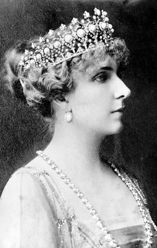 Queen Victoria Eugenia of Spain wearing the Turquoise Star tiara. Its current whereabouts is unknown.