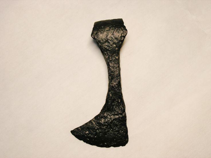 Przedmiot z wyglądu dość niepozorny, a był groźną bronią wojów w czasach pierwszych Piastów. Konkretnie - to stosunkowo nieduża, bo mająca zaledwie 15 centymetrów długości, żelazna część (tzw. żeleźce) topora bojowego, zaopatrzona w wachlarzowate ostrze. Pierwotnie osadzona była na drewnianej rękojeści (tzw. toporzysku), które przeciętnie osiągało długość do 80 centymetrów. Topór mógł służyć zarówno do zadawania ran ciętych w bezpośredniej walce, jak też do uderzenia z pewnej odl