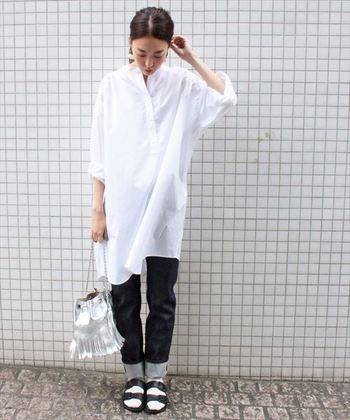 ワンピースを一枚で着るのに抵抗のある方は、こんな風にデニムなどのいつも履いているパンツをレイヤードしても素敵です。個性的な同系色のバッグをアクセントに♪