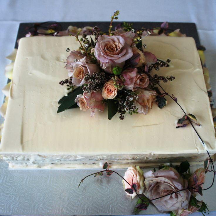 Vintage wedding cake. For more wedding flower designs please go to www.naomijones.com.au.