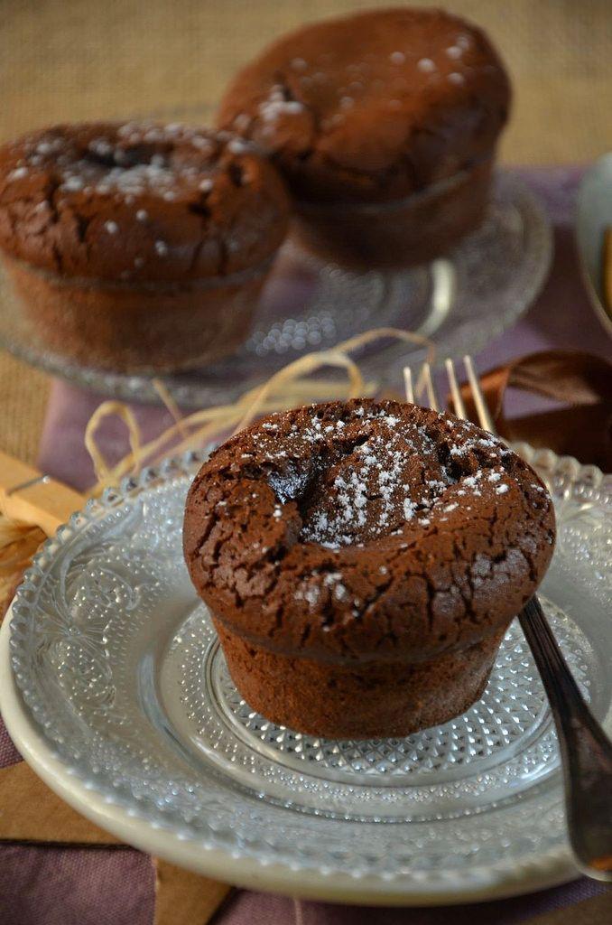 Je vous disais que j'allais préparer un dessert à tomber et bien le voici, j'ai nommé le Moelleux au chocolat coeur coulant au caramel !