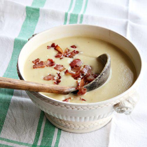 Knolselderijsoep met spruitjes en spekjes, uit het kookboek 'De lekkerste drie-eenheid op het bord' van Hugh Fearnley-Whittingstall. Kijk voor de bereidingswijze op okokorecepten.nl.