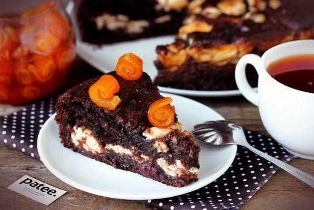 Шоколадный пирог с творожной начинкой и вишней