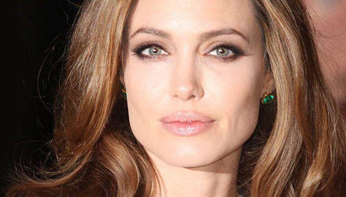 Анджелина Джоли мина в нелегалност заради Брад Пит след развода: Къде се скри? - http://novinite.eu/andzhelina-dzholi-mina-v-nelegalnost-zaradi-brad-pit-sled-razvoda-kade-se-skri/