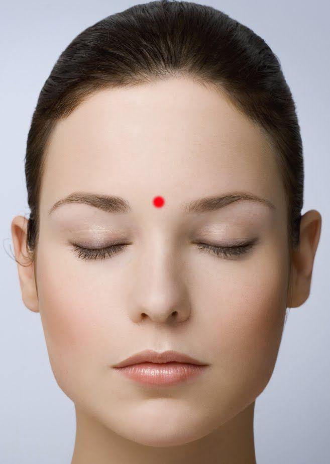 YIN TANG -  utilizzato per calmare la mente e ridurre l'ansia mentale o agitazione - un punto meraviglioso per portare serenità e chiarezza nella giornata stressante. Prova stimolare questo punto  per calmare la mente e saldare i nervi. -Chiudete gli occhi, e con la punta del dito, premere direttamente tra le estremità interne delle vostre sopracciglia x 30-60 secondi con media pressione, e sentire la tensione comincia a disperdersi e sciogliersi.