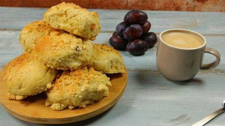 Aachener Streuselbrötchen – das sind süße Hefebrötchen mit dicken Streuseln, die gibt's zum Frühstück oder zum Kaffee. Ihr werdet sie lieben, versprochen: mit saftigen Zwetschgen, etwas Zimt und Marzipan.