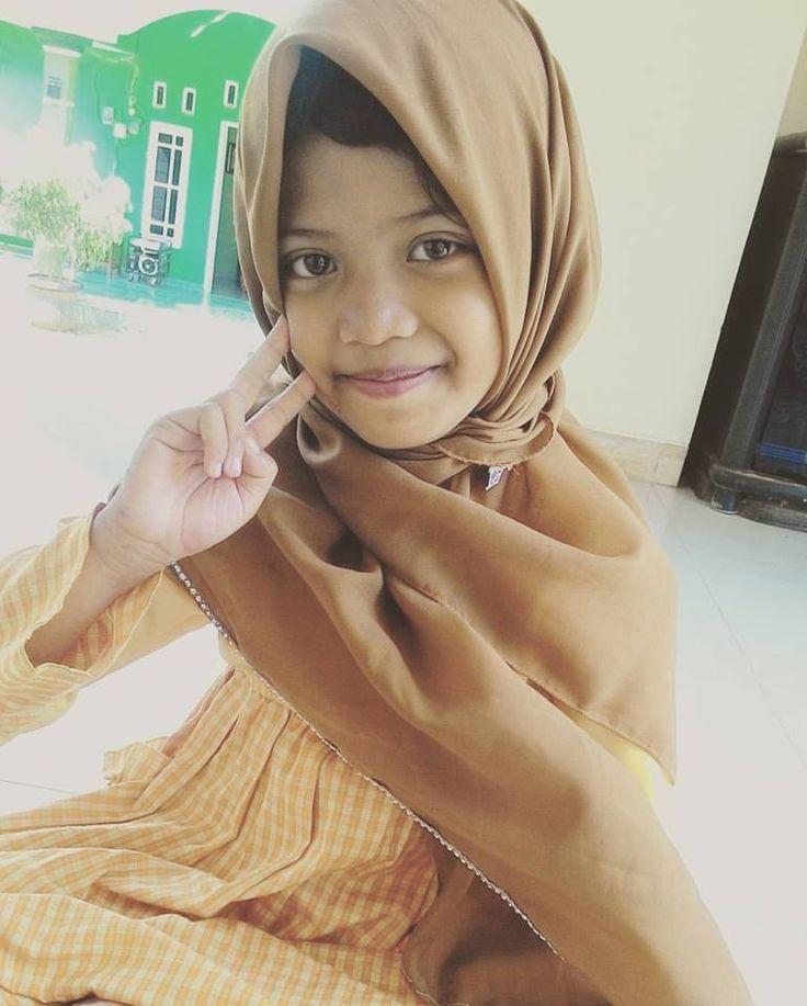Setiap kali aku datang ke pesantren putri, Aura selalu menghampiriku, kemudian ia menceritakan kisah2 seram hasil imajinasinya. Meski, dia bercita2 menjadi guru, dia juga berbakat untuk menjadi pendongeng.  Ketika kita sudah menemukan bakat seorang anak, sebagai orang tua kita harus memfasilitasinya. Termasuk menyediakan buku2 cerita. www.almuzakki.com  #gadiskecil #pendongeng #yatimpiatu #santriputri #citacita #bakatanak #yayasanyatimpatualmuzakki #srikandialmuzakki tag