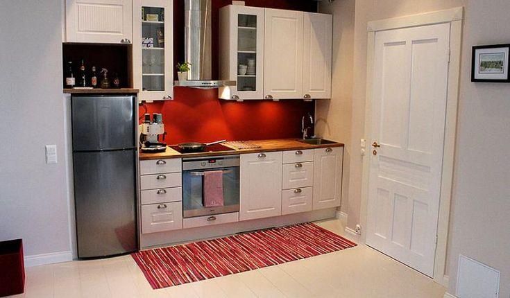 C-asunnon pirteä punainen keittiö