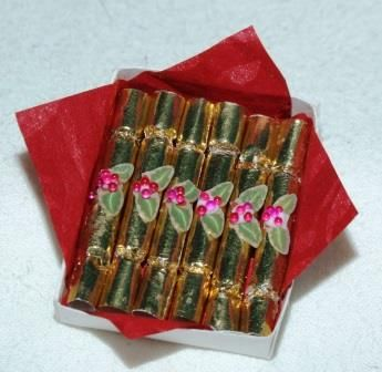 DIY miniature Christmas Crackers using short kebab sticks / Source: Collectors Club of Great Britain