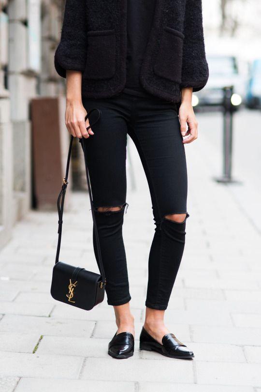 Look de trabalho, camiseta preta, casaco preto, calça jeans rasgado, mocassim preto.