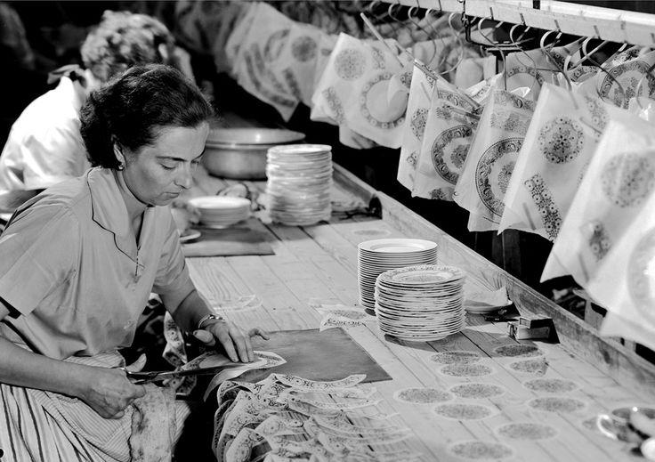 Arbetet med att dekorera serviserna gjordes på hantverksmässigt sätt. Här klipps remsor och cirklar med blommande dekor till servisen Ali.Foto: Arabia/Fiskars