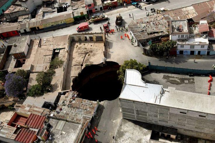 sinkholes  À l'étranger, plusieurs affaissements abrupts se sont produits à Guatemala City, la capitale du Guatemala comme ici en 2007. Ce trou béant de 100 mètres de profondeur avait été causé par une rupture d'égouts alors que des pluies diluviennes s'abattaient sur la ville. L'ouverture du sol avait fait trois victimes et causé l'évacuation d'un millier de sinistrés.