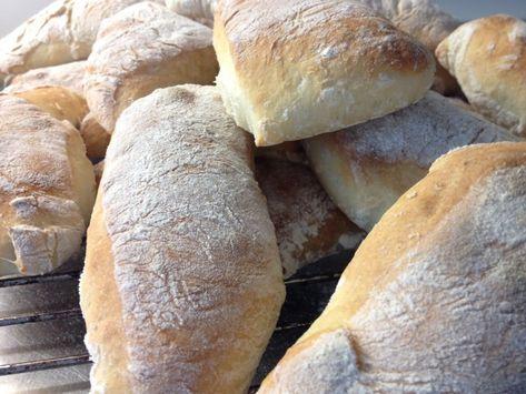 """""""Ett fantastiskt bröd!""""Så säger Anna Bergenström i sin bok Annas mat om det här brödet.Jag är benägen att hålla med.Lätt att göra och passar till många tillfällen, morgonkaffet, eftermiddagsteet, till soppa, till fyllda ..."""