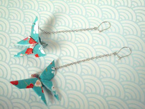 Cela vous dit une paire de boucles d'oreilles façon origami ? Lancez-vous dans le pliage ce n'est pas sorcier ! Côté matériel, il faut une paire d'attache pour boucle d'oreilles, 2 bouts de 5 cm de chaine fine, 2 anneaux, 2 carrés de papier de 5 cm de...
