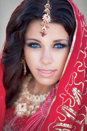 Волосы невесты смазывают душистыми маслами, украшают цветочными гирляндами и ювелирными украшениями. Традиционная свадебная прическа у индианок — коса. Пробор обязателен, во время свадебного обряда его посыпают красным пигментом, а сверху вешают ювелирное украшение — мангтику.