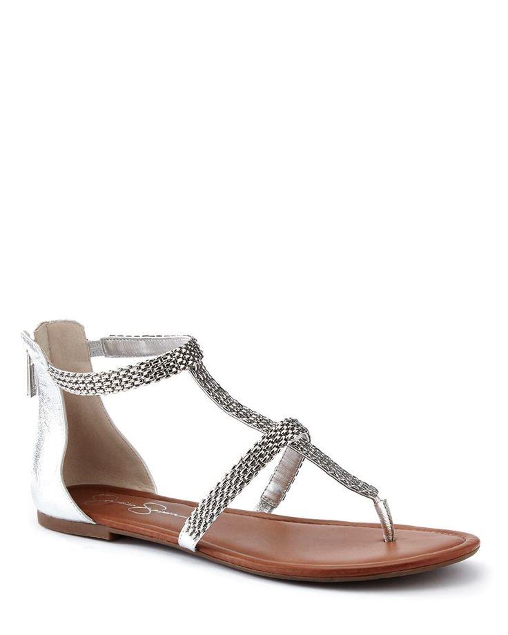 Glam jusqu'aux pieds ! Essayez cette superbe sandale Ravenna argentée à courroie en T avec un pantalon turc, des capris skinny ou une jupe bohémienne.