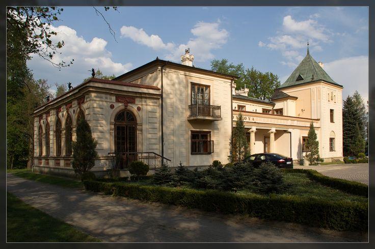 Dwór Ostoya w Jasionce, zwany też Dworem Jasionowskim, powstawał w trzech różnych etapach, każdy z nich miał inny wymiar historyczny. Budowę dworu rozpoczęto po 1817 roku z inicjatywy Pani Zofii Czosnowskiej-Oborskiej. Obecnie mieści się w nim hotel.