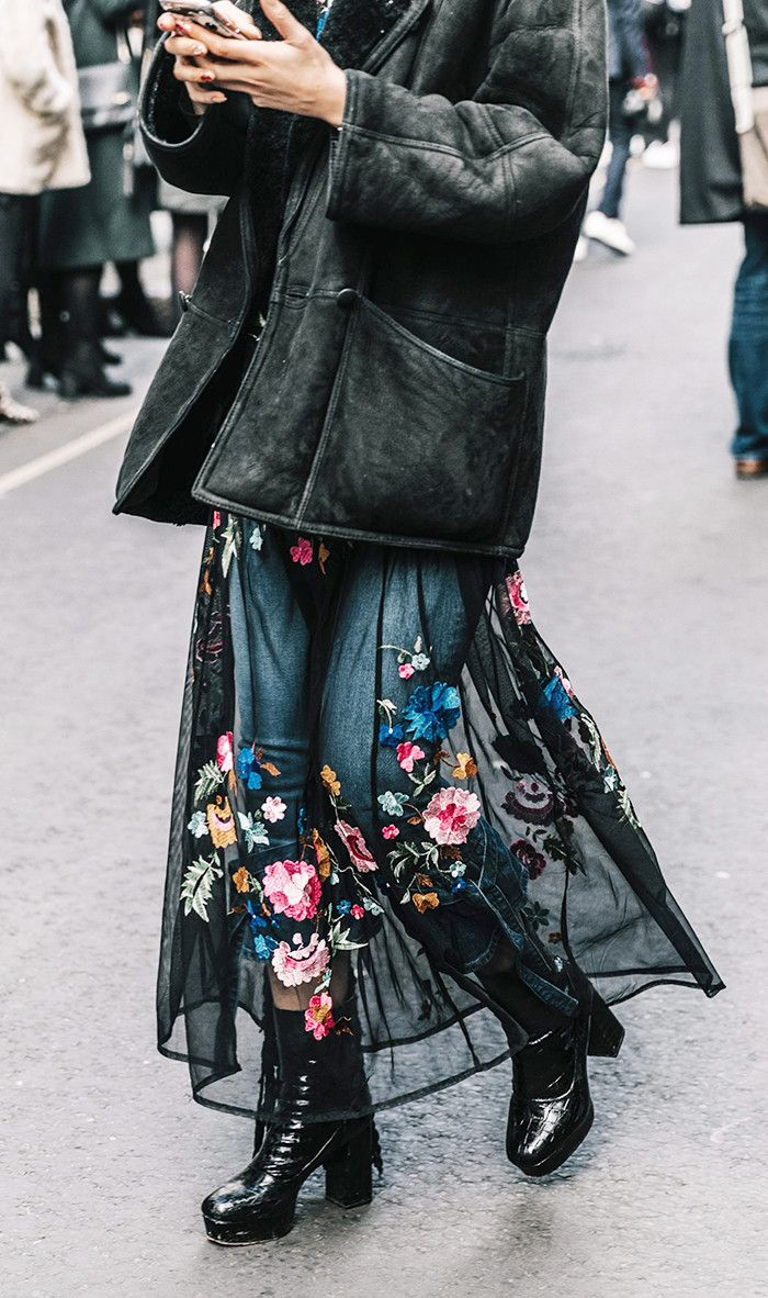 Saia de tule (transparência) + calça jeans + coturno