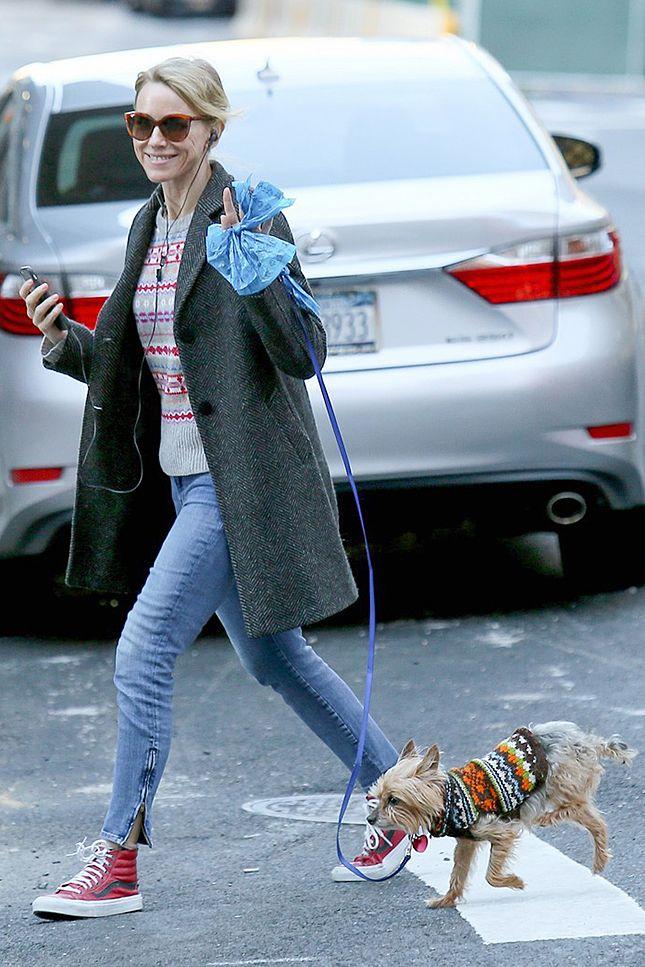 Наоми Уоттс в кедах Vans на прогулке c псом Бобом в Нью-Йорке
