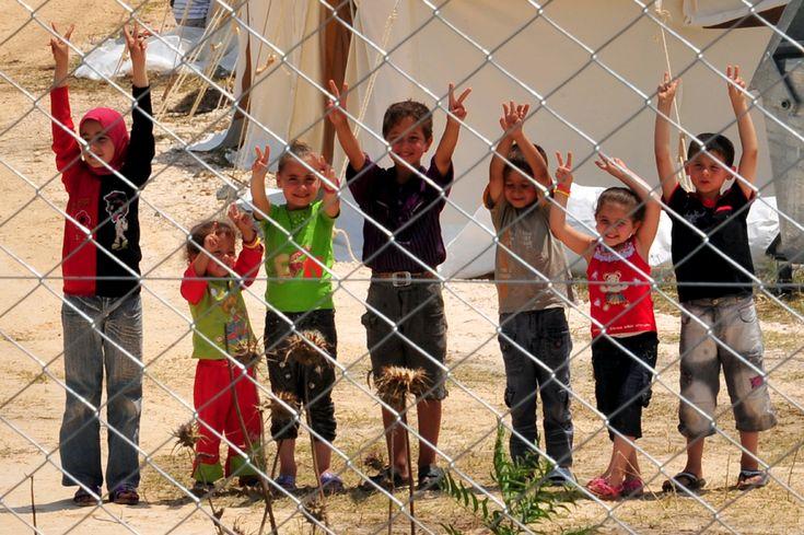 """Pe 15 martie 2011, oraşul sudic al Siriei, Daraa, avea să fie martorul primului protest major al locuitorilor săi împotriva unui regim politic opresiv în fruntea căruia se află de peste 40 de ani familia Assad. Cu câteva zile înainte, câţiva copii, cu vârste cuprinse între 9 şi 15 ani, scrisesera pe mai multe ziduri din oras """"poporul vreau sa răstoarne regimul"""". Ca urmare a acestui lucru, au fost arestaţi şi torturaţi. -- Gabriel Panţiru"""