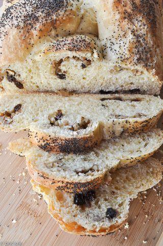 treccia di pane con uvetta e noci / raisin walnut braided bread