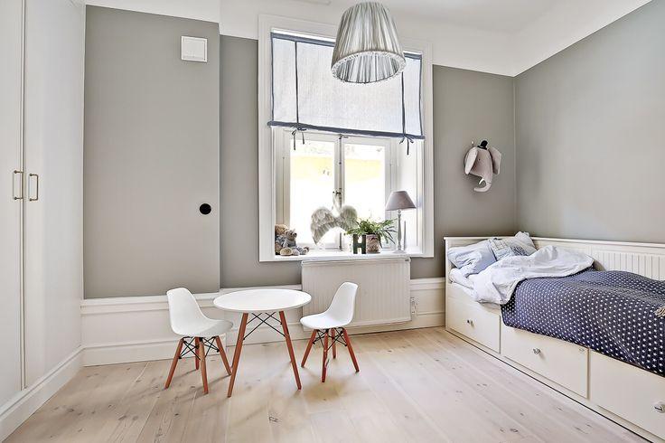 Childrens bedroom  Väggar lamproom grey Farrow&ball