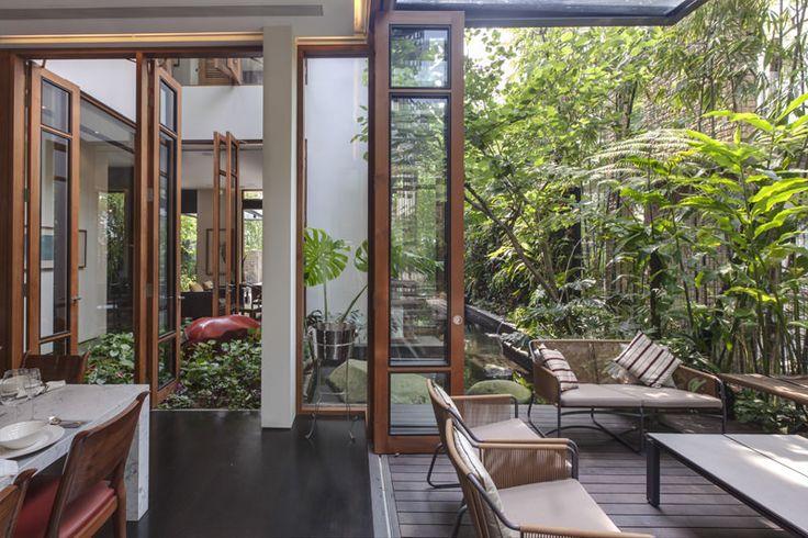 【癒やしの庭】鬱蒼と茂る木々と全開口で繋がる屋外空間 | 住宅デザイン