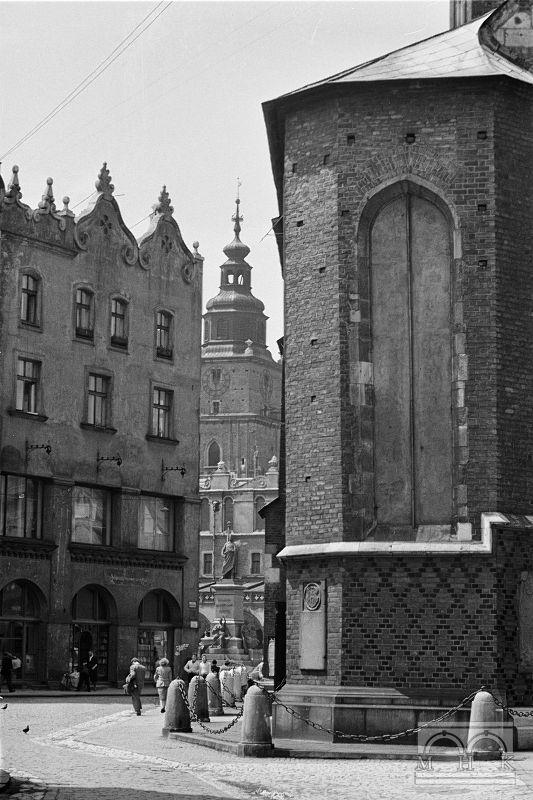 Pl. Mariacki, kościół Mariacki - fragment, kamienica Czyncielów - fragment, wieża Ratuszowa 2. połowa lat 50. XX w.