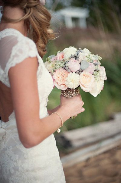 Oh, how we heart this peachy-pink bouquet Photography by Meaghan Elliott Photography / mephotography.com