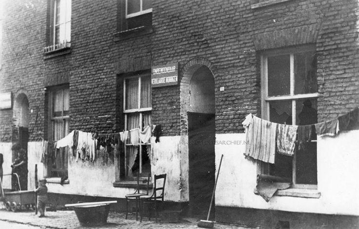 Arnhem: In de vooroorlogse jaren was in het gebied waar tegenwoordig De Weerdjes ligt (tussen de grote winkelstraten/de Markt en de Rijnkade) ronduit sprake van bittere armoe. Veel gezinnen woonden in huizen, die die aanduiding nauwelijks waard waren. Zoals in deze onbewoonbaar verklaarde rechter woning in de Langstraat, gefotografeerd in 1938. Dat pand zal al onbewoond zijn geweest: er zit geen glas meer in de ramen. Het pand links, waar hetzelfde bord is opgespijkerd en dat er niet veel…