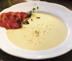 En underbart god jordärtskockssoppa som tillsammans med parmachipsen blir en fulländad matupplevelse! Passar väldigt bra som förrätt på festbordet och lämnar ingen besviken.