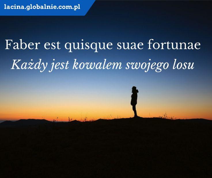 """Sentencja łacińska o życiu. Łacina: Faber est quisque suae fortunae"""". Polski: """"Każdy jest kowalem swojego losu"""". http://lacina.globalnie.com.pl/"""