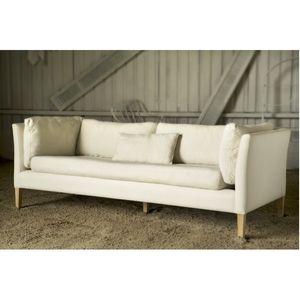 Sillón 3 cuerpos tapizado en lino off white.Se hace por encargo, demora un estimado de 20 días.El precio incluye el lino.