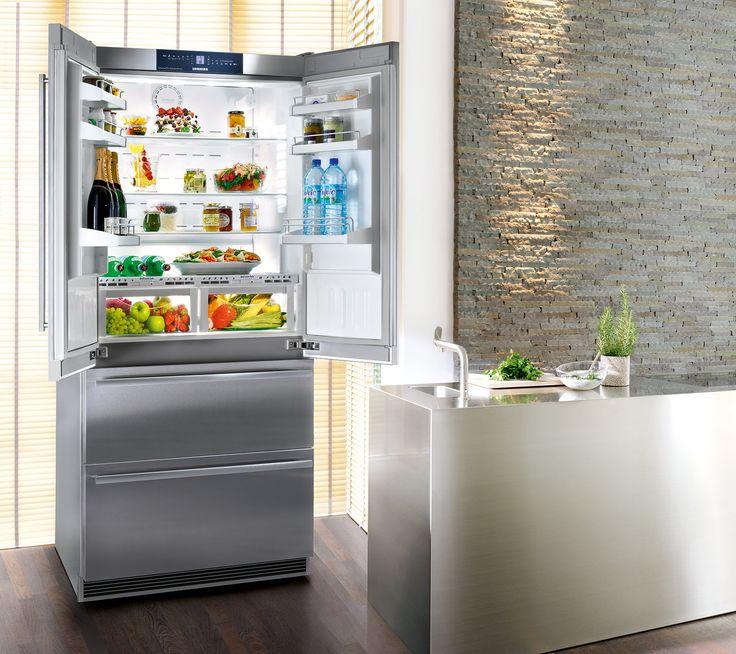 In classe A , l 4 porte CBNes 6256 di Liebherr è dotato di cassetti BioFresh che aumentano la conservazione dei cibi freschi grazie alla temperatura a 0°C e alla possibilità di controllare il livello di umidità. Inoltre il congelatore con apertura a 2 cassetti è NoFrost con produttore di ghiaccio. Grazie a due circuiti di raffreddamento è possibile regolare le temperature di frigorifero e congelatore in modo preciso e indipendente. Misura L 91 x P 61,5 x H 203,9 cm. Costa 5.342,79 euro…
