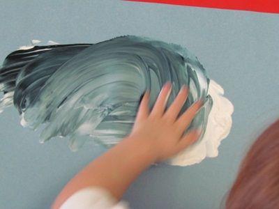 Wit met zwarte verf. Met hun vingers (handen) maken de peuters een grijze regenwolk