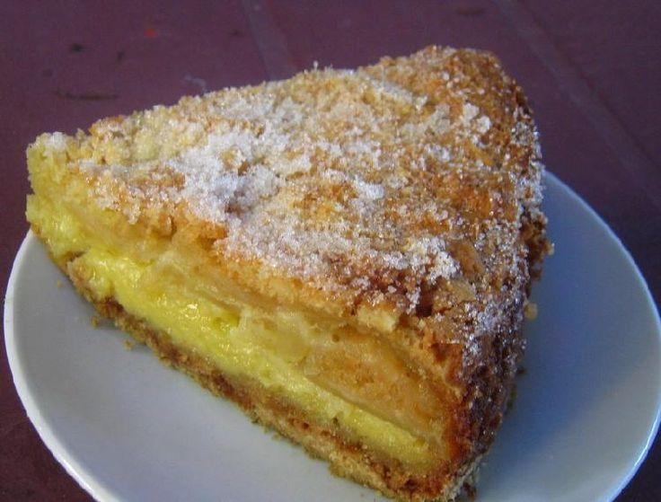 Una tarta con manzanas que se destaca la humedad de su interior y la cubierta bien crocante y azucarada