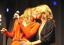 8-Apr-2013 12:33 - 50.000 DOLLAR VOOR KUS VAN KATE. In het Braziliaanse San Paulo gebeurde er afgelopen weekend iets waar veel mannen van dromen: Kate Moss bood haar zwoele lippen ter veiling aan. Om potentiële bieders een beetje op te warmen, besloot het blonde model het goede voorbeeld te geven door met Sharon Stone te kussen. Moss en Stone waren aanwezig op het derde Annual Amfar Inspiration Gala, dat jaarlijks wordt gehouden om HIV onder de aandacht te brengen.