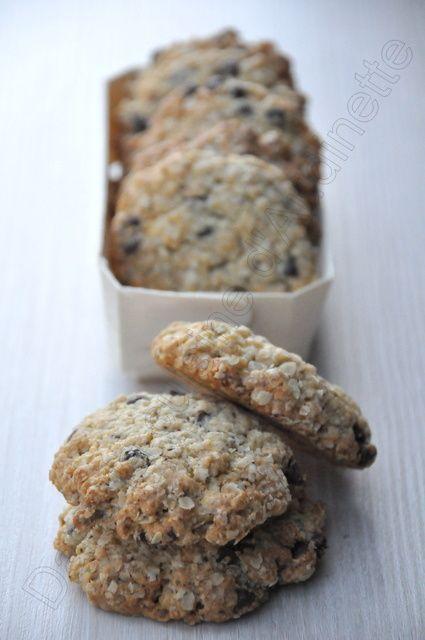 Cookies aux flocons d'avoine et pépites choco  250g de flocons d'avoine 100g de pépites de chocolat 150g de farine 1 oeuf 1 cac bombée de bicarbonate de soude 170g de beurre demi-sel ramolli 140g de cassonade