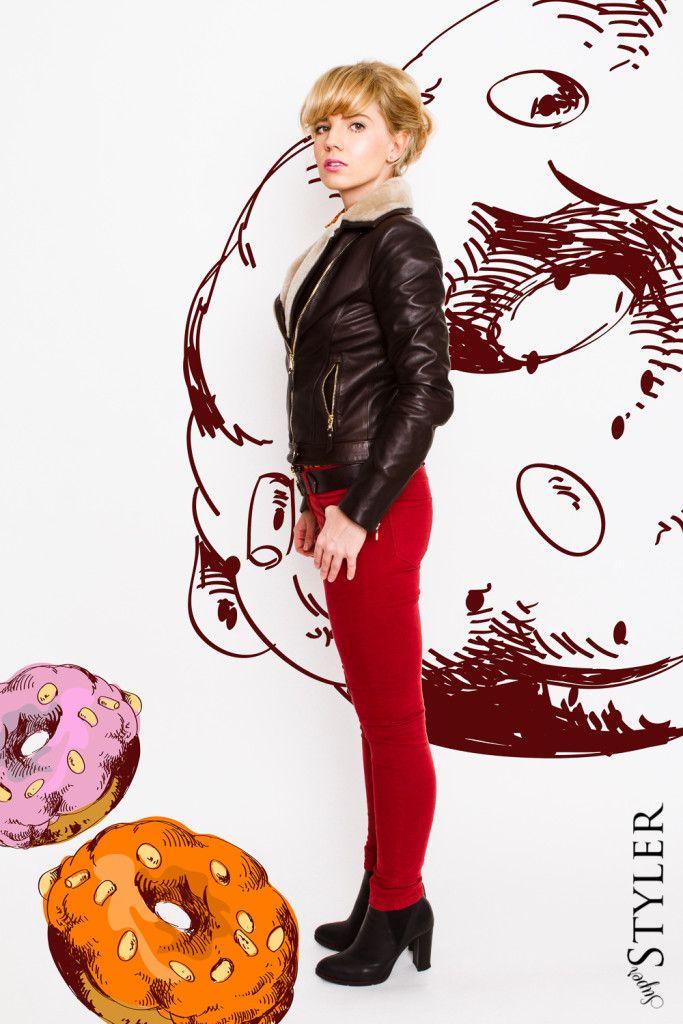 kurtka pilotka, czerwone spodnie, retro style, grzywka, blond,